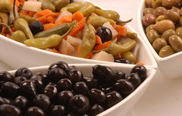 الزيتون الأسود والأخضر بتتبيلة الثوم والزعتر الرائعة - وصفات أكل عربيه