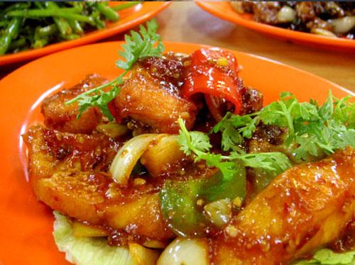 سمك متبل بالثوم مع صلصة الطماطم - وصفات أكل عربيه