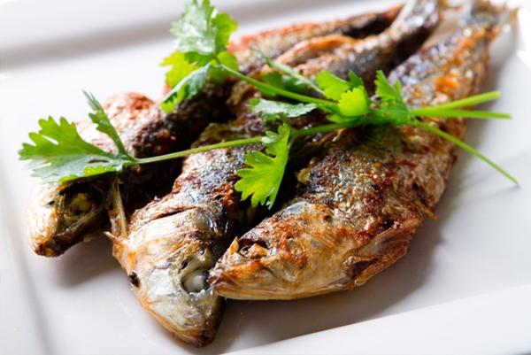 سمك السردين المقلى متبل بالثوم والليمون - وصفات أكل عربيه