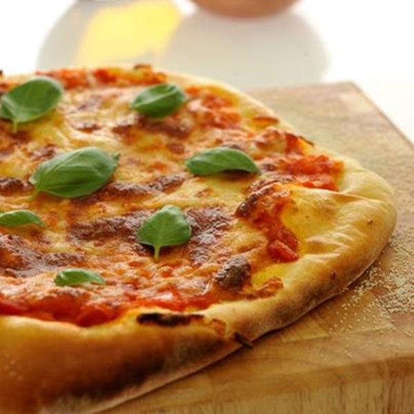"""البيتزا الإيطالية بالموتزاريلا والأوريجانو"""" نابوليتانا"""""""