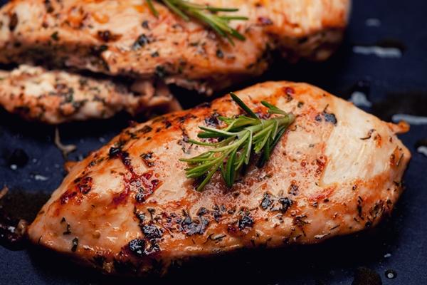 صدور دجاج مشوية بالتتبيلة الشهية