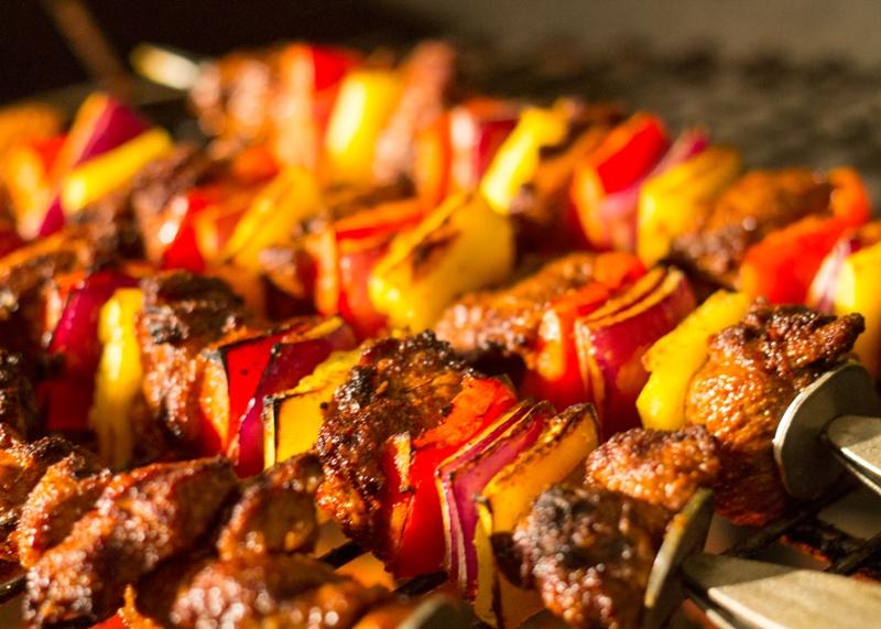 أسياخ الكباب المشوي بالصوص الحار - وصفات أكل عربيه